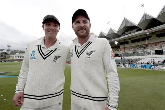 New Zealand's BJ Watling and Brendon McCullum (R), who set a world record sixth-wicket partnership of 351 runs during the second innings of the second international test cricket match, pose at the Basin Reserve in Wellington, February 18, 2014. REUTERS/Anthony Phelps