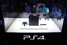 Sony a écoulé au 8 février 5,3 millions de Playstation 4, dépassant son objectif de ventes annuelles de cinq millions avant même son lancement au Japon la semaine prochaine. /Photo d'archives/REUTERS/Yuya Shino