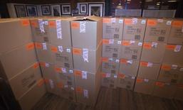 Коробки с приставками Sony Playstation 4 на мероприятии Sony в Standard Hotel в Нью-Йорке 14 ноября 2013 года. Продажи новой консоли Playstation 4 от Sony Corp достигли 5,3 миллиона к 8 февраля, превысив годовой прогноз, сообщила компания в преддверии выхода приставки в продажу в Японии на следующей недели. REUTERS/Carlo Allegri
