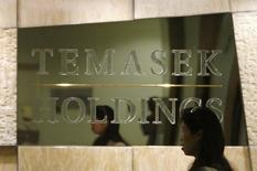 An employee walks past a Temasek Holdings sign at the company's headquarters in Singapore in this August 2, 2007 file photo. REUTERS/Vivek Prakash/Files