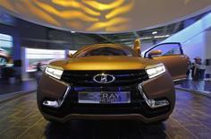 Une Lada XRAY produite par Avtovaz. Le premier constructeur automobile russe a enregistré une perte de 6,9 milliards de roubles (142 millions d'euros) au titre de 2013, due à la détérioration de son marché national et la baisse des ventes de Lada, sa marque phare. /Photo d'archives/REUTERS/Maxim Shemetov
