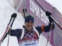 Норвежский биатлонист Эмиль Хегле Свендсен после победы в масс-старте на Олимпиаде в Сочи 18 февраля 2014 года. Эмиль Хегле Свендсен вырвал во вторник победу у француза Мартена Фуркада на финише 15-километровой гонки с общим стартом и завоевал свою первую золотую медаль на Олимпийских играх в Сочи. REUTERS/Stefan Wermuth