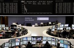 Les Bourses européennes, hormis Londres, confirment leur tendance baissière à la mi-journée. Le CAC 40 perd 0,40% à 4.317,67, tandis que le Dax cède 0,19% et que le FTSE prend 0,14%, soutenu par les bons résultats du groupe minier BHP Billiton. /Photo prise le 18 février 2014/REUTERS