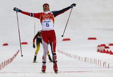 Норвежский двоеборец Йорген Граабак радуется финишу лыжной гонки на Играх в Сочи 18 февраля 2014 года. Норвежец Йорген Граабак выиграл соревнования в лыжном двоеборье, принеся сборной своей страны седьмую золотую медаль. REUTERS/Michael Dalder