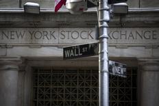 Wall Street ouvre sur une note stable mardi au sortir d'un long week-end de trois jours, après un ralentissement plus net que prévu de l'activité industrielle dans l'Etat de New York. Le Dow Jones perdait 0,09% dans les premiers échanges, le Standard & Poor's 500 avançait de 0,12% et le Nasdaq Composite prenait 0,27%. /Photo prise le 4 février 2014/REUTERS/Brendan McDermid