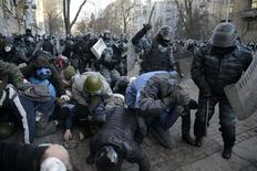 Столкновения милиции и протестующих в Киеве 18 февраля 2014 года. Число погибших во вторник выросло до шести, включая одного милиционера. REUTERS/Maks Levin