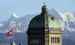 Le Palais du parlement fédéral suisse, à Berne. L'agence de notation Moody's a averti mardi que le rétablissement des quotas d'immigration en Suisse nuirait à l'économie du pays, et notamment à son secteur bancaire. Les électeurs suisses se sont prononcés le 9 février en faveur de la réintroduction de quotas d'immigration avec l'UE. /Photo prise le 12 février 2014/REUTERS/Thomas Hodel