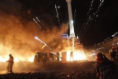 Феёрверк, с помощью которого протестующие на майдане в Киеве отбиваются от штурма силовиков 18 января 2014. Украинские власти заблокировали въезд в столицу, закрыли метро, а силовики начали с помощью водомётов вытеснять тысячи противников президента Виктора Януковича с евромайдана, столкновения на котором во вторник унесли жизни. REUTERS/David Mdzinarishvili