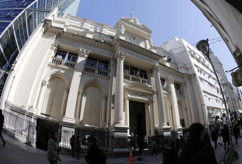 Pedestrians walk past the Argentina's Central Bank building in Buenos Aires August 27, 2013. REUTERS/Enrique Marcarian