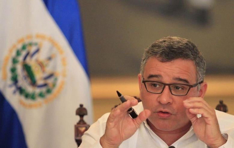 El Salvadoran President Mauricio Funes speaks with journalists in a hall of the presidential palace in San Salvador January 31, 2014. REUTERS/Ulises Rodriguez