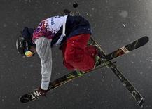 Американский спортсмен Дэвид Вайз во время соревнований по фристайлу на Играх в Сочи 18 февраля 2014 года. Американский спортсмен Дэвид Вайз выиграл золотую медаль сочинской Олимпиады в ски-хафпайпе. REUTERS/Dylan Martinez