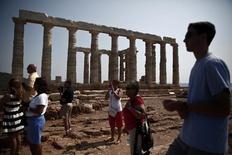 Temple de Poséidon à Sounion. Des revenus record du tourisme ont permis à la Grèce d'enregistrer en 2013 des comptes courants excédentaires pour la première fois depuis que ces données ont commencé à être établies en 1948. /Photo prise le 28 juin 2013/REUTERS/Yorgos Karahalis