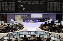 En Bourse de Francfort. Les Bourses européennes sont dans le rouge mercredi à mi-séance à l'issue d'une matinée animée par une série de résultats trimestriels. À Paris, le CAC 40 perdait 0,22% vers 12h00 GMT, le Dax cédait 0,49% et le FTSE 0,39%. L'indice paneuropéen EuroStoxx 50 reculait de 0,48%. /Photo prise le 19 février 2014/REUTERS