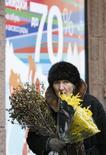 Женщина продает цветы в Москве 26 февраля 2009 года. Рост потребительских цен в РФ за неделю с 11 по 17 февраля 2014 года составил 0,2 процента, как и неделей ранее, сообщил Росстат. REUTERS/Sergei Karpukhin