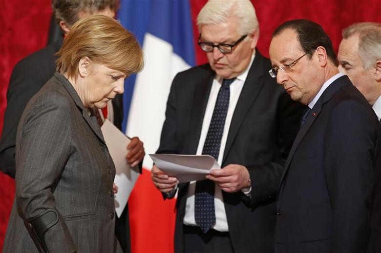 French President Francois Hollande (R) and German Chancellor Angela Merkel (L) arrive to attend a lunch during a joint Franco-German cabinet meeting at the Elysee Palace in Paris February 19, 2014. REUTERS/Benoit Tessier