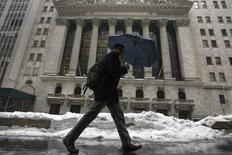 La Bourse de New York a débuté dans le rouge mercredi, la prudence s'imposant avant la publication en milieu de séance du compte-rendu de la dernière réunion de la Réserve fédérale. Quelques minutes après le début des échanges, le Dow Jones perdait 0,19%, le S&P-500 reculait de 0,22% et le Nasdaq cédait 0,21%. /Photo prise le 13 février 2014/REUTERS/Brendan McDermid