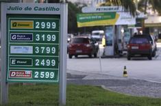 Precios de combustibles en una gasolinera de Petrobras en la playa de Copacabana en Río de Janeiro, nov 29 2013. Petrobras está considerando la venta de unos 3.000 millones de reales (1.260 millones de dólares) en notas locales para financiar proyectos de infraestructura, permitiendo a los inversores acceder a nuevas opciones de obligaciones de la petrolera controlada por el Estado, dijo una fuente. REUTERS/Ricardo Moraes