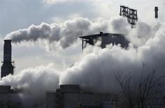 Vapor saliendo de unas chimeneas de una refinería de Sinopec en Qingdao, China, feb 9 2014. Sinopec Corp, la mayor refinería de petróleo de Asia, planea reestructurar sus negocios minoristas y mayoristas y vender hasta un 30 por ciento de la unidad, en medio de los intentos del Gobierno de China por promover la inversión privada en la industria petrolera del país. REUTERS/China Daily SOLO PARA USO EDITORIAL