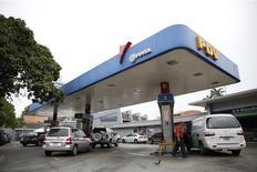 Una gasolinera de la firma estatal PDVSA en Caracas, dic 16 2013. Las reservas petroleras de Venezuela, las mayores del mundo, ofrecen a los inversores la tranquilidad de que sus deudas serán pagadas, incluso si las protestas de este mes contra el Gobierno dispararon los precios de los bonos del país a niveles de naciones que han dejado de pagar sus deudas. REUTERS/Carlos Garcia Rawlins