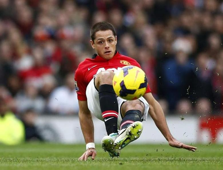 Manchester United's Javier Hernandez controls the ball during their English Premier League soccer match against Newcastle United at Old Trafford in Manchester, northern England December 7, 2013. REUTERS/Darren Staples