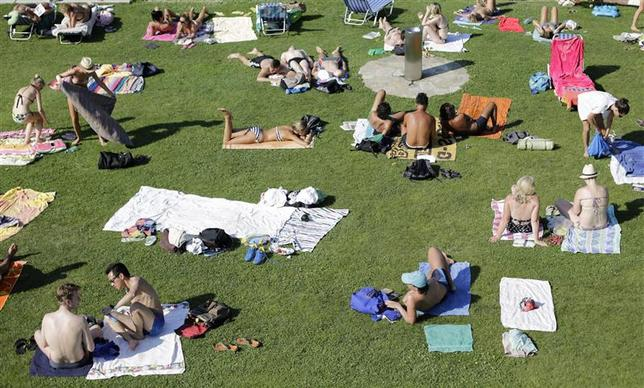 People enjoy a hot summer day at a public swimming pool in Vienna July 27, 2013. REUTERS/Leonhard Foeger