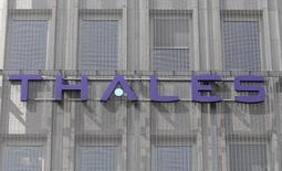 Thales vise un chiffre d'affaires stable en 2014, comptant sur une croissance à deux chiffres de ses prises de commandes dans les pays émergents pour compenser la baisse attendue dans les marchés matures. /Photo d'archives/REUTERS/Charles Platiau