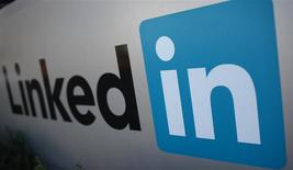 El logo de LinkedIn Corporation en Mountain View, EEUU, feb 6 2013. LinkedIn está intentando convertirse en algo más parecido a Facebook animando a todos sus miembros a generar un hilo constante de artículos compartibles, una ventaja antes solo disponible para personalidades empresariales muy conocidas. REUTERS/Robert Galbraith