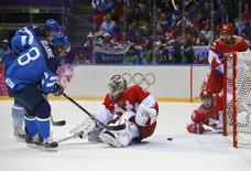 Finland's Teemu Selanne (L) scores on Russia's goalie Semyon Varlamov (C) during the first period of their men's quarter-finals ice hockey game at the Sochi 2014 Winter Olympic Games February 19, 2014. REUTERS/Brian Snyder