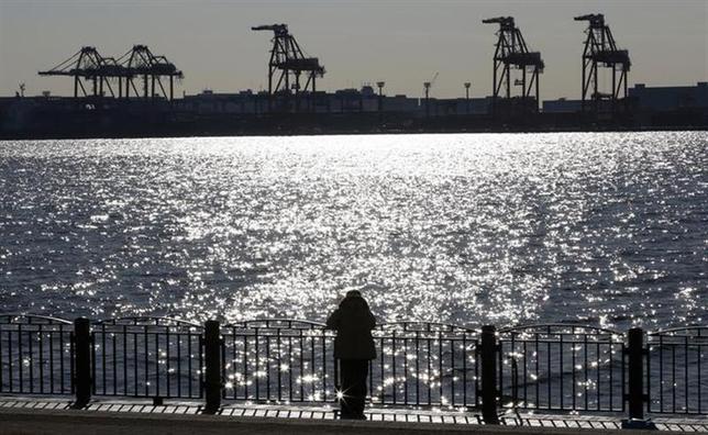 2月20日、財務省が発表した1月貿易統計速報によると、貿易収支は2兆7900億円の赤字となった。初めて2兆円台を突破し、1979年の統計開始以来最大の赤字を記録した。写真は都内の港で1月撮影(2014年 ロイター/Toru Hanai)