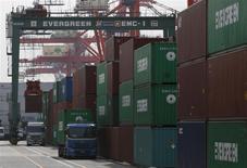 Le Japon a enregistré un déficit commercial record en janvier, à 2.790 milliards de yens (27,30 milliards de dollars), selon le ministère nippon des Finances. /Photo prise le 20 février 2014/REUTERS/Yuya Shino