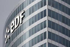 Le titre EDF figure au rang des valeurs à suivre ce jeudi à la Bourse de Paris, alors que, selon des sources proches du dossier, l'électricien français cherche à vendre 70% du capital des activités d'énergie éolienne de sa filiale italienne Edison. /Photo d'archives/REUTERS/Benoît Tessier