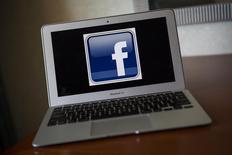 Логотип Facebook на экране ноутбука в Вентуре. Калифорния 21 декабря 2013 года. Facebook Inc купит быстрорастущий мобильный сервис для отправки сообщений WhatsApp за $19 миллиардов деньгами и акциями. REUTERS/Eric Thayer