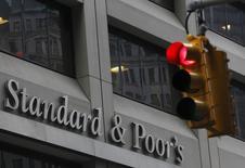 Вид на здание Standard & Poor's в Нью-Йорке 5 февраля 2013 года. Международное рейтинговое агентство Standard & Poor's сулит банкам РФ потерю около трети операционной прибыли по проблемным долгам в розничных портфелях в 2014 году и прогнозирует рост доли проблемных кредитов в целом по сектору до 8-10 процентов кредитного портфеля в ближайшие 12-18 месяцев с 6,5 процента в 2013 году на фоне ухудшения ситуации в экономике, говорится в отчете агентства. REUTERS/Brendan McDermid