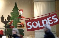 Les prix à la consommation ont baissé de 0,6% en janvier en France, sous l'effet notamment des soldes d'hiver et d'une baisse des prix dans le tourisme, selon l'Insee. /Photo prise le 8 janvier 2014/REUTERS/Christian Hartmann