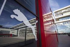 Логотип Puma на здании штаб-квартиры компании в Херцогенаурахе 29 октября 2013 года. Немецкий производитель спортивной одежды и атрибутики Puma надеется, что подписание контрактов со звездными спортсменами и командами поможет остановить падение продаж в 2014 году, сообщила компания, отчитавшаяся об оказавшемся хуже прогнозов снижении выручки на 13,2 процента за последние три месяца 2013 года. REUTERS/Ralf Roedel/Handout via Reuters