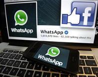Facebook a réalisé la plus grosse acquisition de sa récente histoire en reprendant WhatsApp pour 19 milliards de dollars en numéraire et en titres, une opération qui illustre la détermination du réseau social à reprendre la main chez les jeunes avec la communication mobile. /Photo prise le 20 février 2014/REUTERS/Mal Langsdon