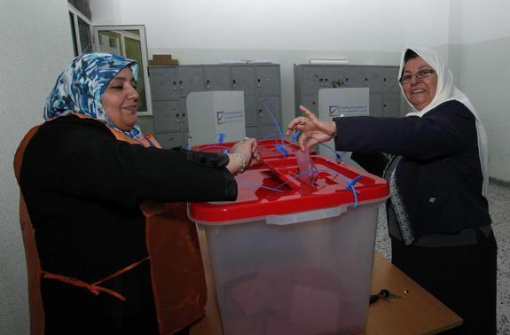 A woman casts her ballot during a vote to elect a constitution-drafting panel in Tripoli February 20, 2014. REUTERS-Ismail Zitouny