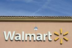 Wal-Mart Stores a vu son bénéfice reculer au quatrième trimestre de son exercice qui inclut les fêtes de fin d'année, affecté par un nouveau recul de ses ventes aux Etats-Unis à surface comparable. /Photo prise le 26 novembre 2013/REUTERS/Kevork Djansezian
