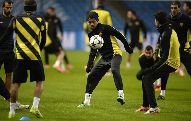 Barcelona's Neymar (C) watches the ball during a training session at the Etihad Stadium in Manchester, northern England, February 17, 2014. REUTERS/Nigel Roddis