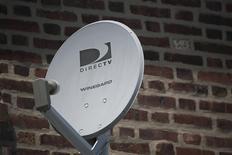 Una antena de Direct TV en el barrio de Queens en Nueva York, jul 29 2013. El proveedor de televisión satelital DirecTV agregó menos clientes en Estados Unidos y América Latina, su mayor área de crecimiento, en el cuarto trimestre, dijo la compañía el jueves. REUTERS/Shannon Stapleton