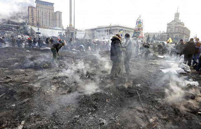 Anti-government protesters clean the Independence Square after clashes with riot police in Kiev February 20, 2014. REUTERS/Vasily Fedosenko