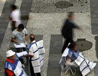 Pessoas fazendo anúncios de empregos distribuem folhetos em uma rua principal no centro de São Paulo. A taxa de desemprego no Brasil subiu em janeiro a 4,8 por cento, deixando para trás a mínima histórica registrada em dezembro, mas o aumento foi menor que o esperado e a renda da população teve leve alta. 25/03/2011 REUTERS/Paulo Whitaker