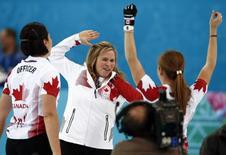 Члены сборной команды Канады по кёрлингу радуются победе в олимпийском турнире в Сочи 20 февраля 2014 года. Женская сборная Канады по кёрлингу выиграла золотые медали олимпийского турнира в Сочи. REUTERS/Marko Djurica