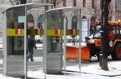 Una barredora de nieve detrás de unas casetas telefónicas de Telekom Austria en Viena, ene 27 2014. - El inversor multimillonario Carlos Slim, dueño de América Móvil, planea una adquisición amistosa de Telekom Austria a través de un acuerdo con su principal accionista austríaco que podría conducir a una oferta pública de papeles, informó la revista News. REUTERS/Heinz-Peter Bader