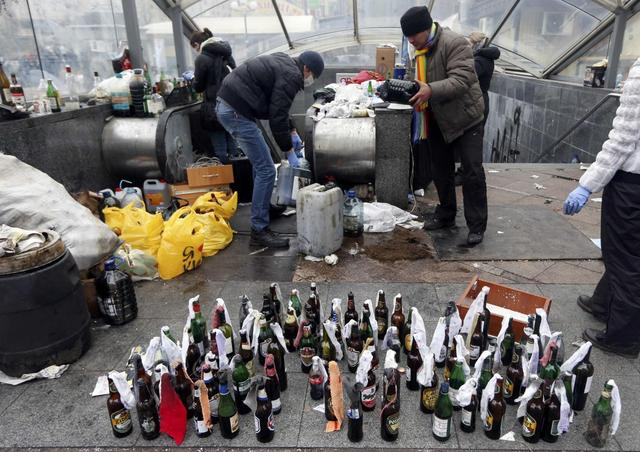 Anti-government protesters prepare Molotov cocktails during clashes with riot police in the Independence Square in Kiev February 20, 2014. REUTERS/Vasily Fedosenko