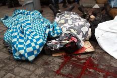 Мертвые тела на улице после столкновений антиправительственных демонстрантов с силовиками в Киеве 20 февраля 2014 года. Счёт жертвам в Киеве пошёл на десятки в самую кровавую неделю в истории Украины, переживающей новый всплеск насилия, которое не остановили заверения противоборствующих сторон о перемирии и угрозы санкций со стороны Запада. REUTERS/Petro Zadorozhnyy