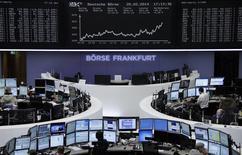 Operadores en la bolsa alemana en Fráncfort, feb 20 2014. Las acciones europeas retrocedieron el jueves desde máximos de cuatro semanas, tras algunos reportes de datos económicos más débiles que lo esperado y pobres perspectivas de utilidades corporativas que golpearon a los sectores cíclicos. REUTERS/Remote/Stringer