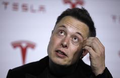 Le directeur général de Tesla Motors, Elon Musk, a confirmé jeudi avoir eu des contacts avec Apple mais en jugeant peu probable une OPA sur sa société, qui s'est faite un nom et une capitalisation boursière en construisant des voitures électriques de luxe. /Photo d'archives/REUTERS/Lucy Nicholson