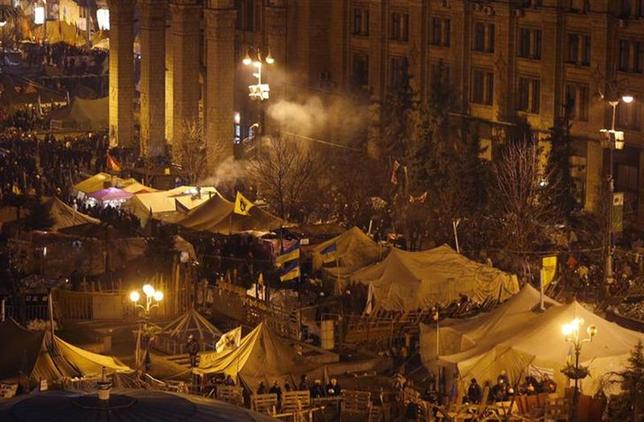 A general view shows anti-government protesters gathering around tents and barricades near Independence Square in central Kiev February 20, 2014. REUTERS/Vasily Fedosenko