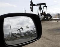 Станки-качалки в Феллоуз, Калифорния 3 апреля 2010 года. Цены на нефть Brent держатся выше $110 за баррель на фоне перебоев в поставках нефти из Африки, а американский эталон WTI подорожает шестую неделю подряд из-за снижения запасов на распределительном центре и повышенного спроса на печное топливо. REUTERS/Lucy Nicholson